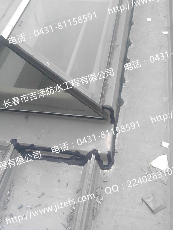 哈尔滨地铁车库屋面防水施工中,考虑到泛水板和屋面板之间的结构